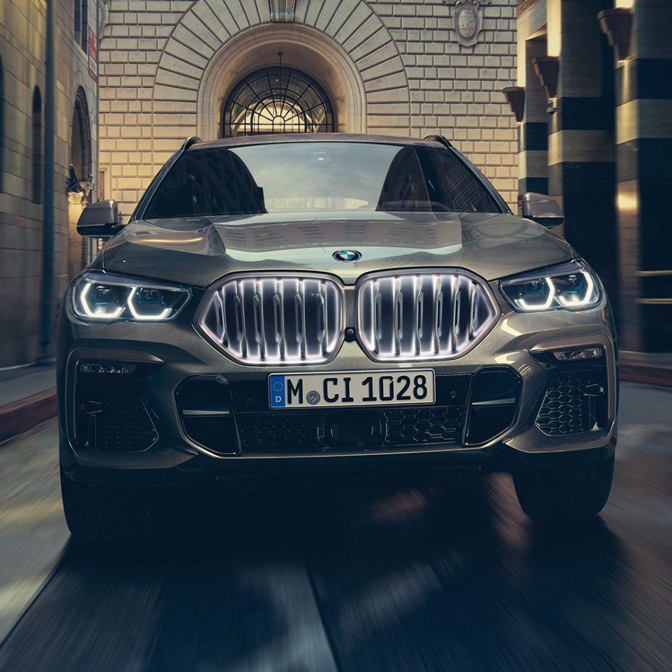 Imagine din faţă cu BMW X6, într-un mediu urban.