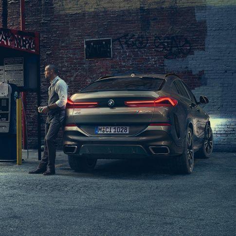Imagine din spate cu BMW X6 într-un mediu urban.