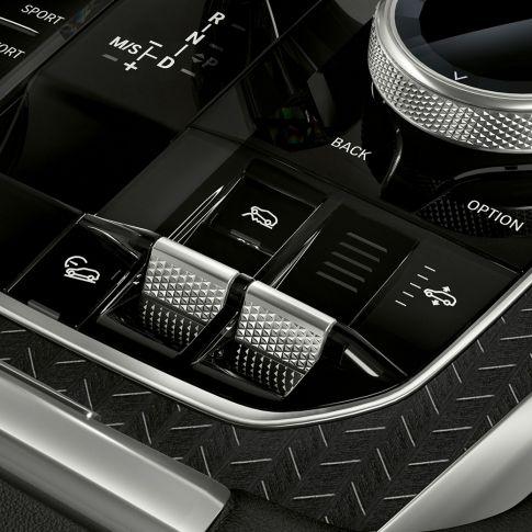 Imagine în prim-plan cu interiorul BMW X6 şi consola centrală.
