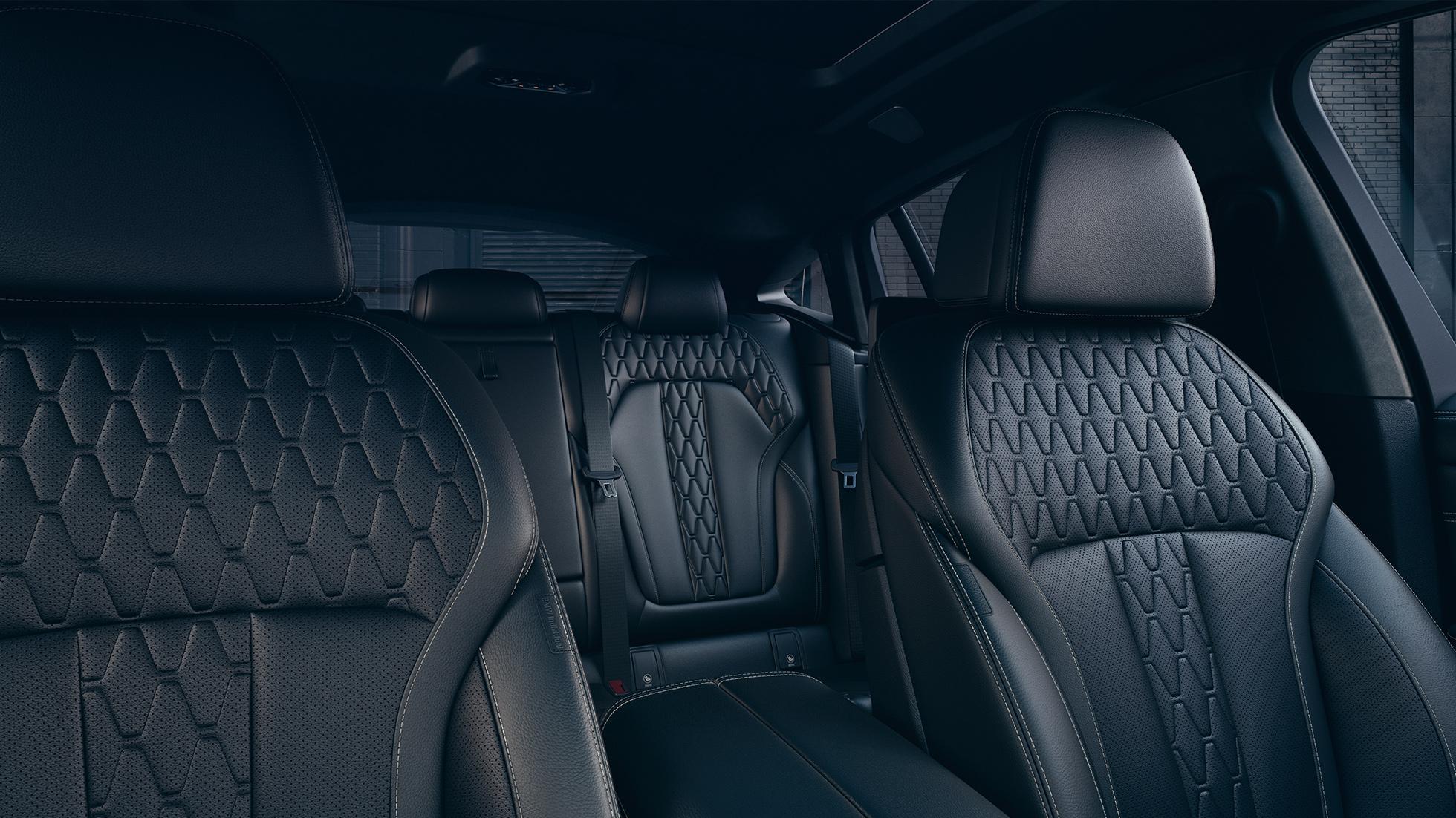 Imagine din interiorul BMW X6 cu tapiţerie.
