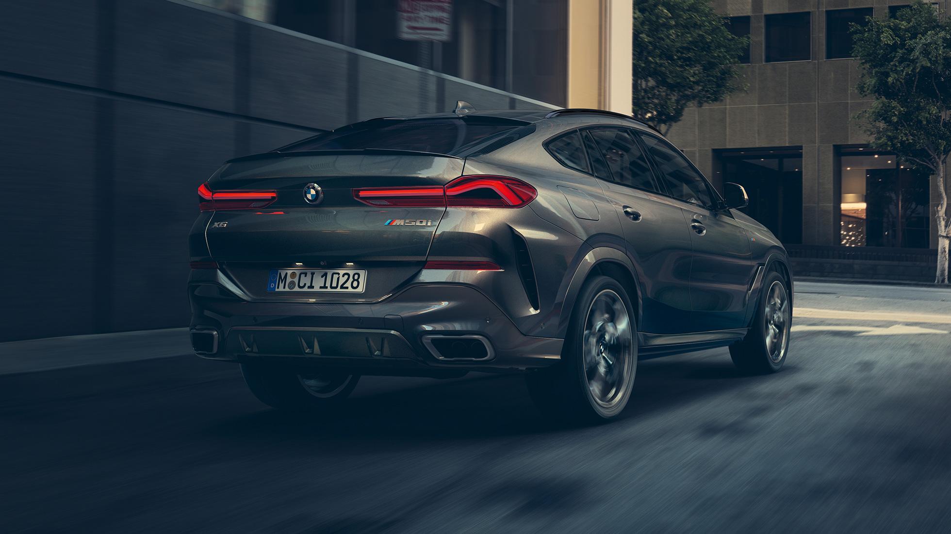 Imagine cu trei sferturi din partea spate a BMW X6.