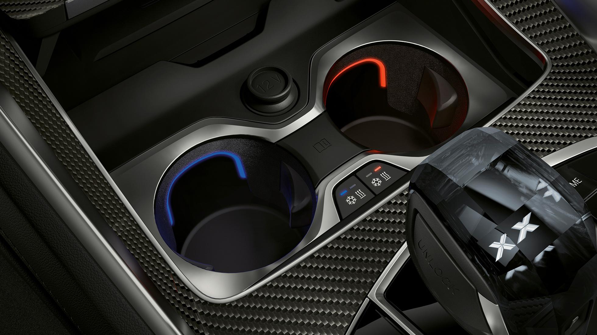Imagine în prim-plan cu interiorul BMW cu suport de pahare cu sistem de reglare a temperaturii.