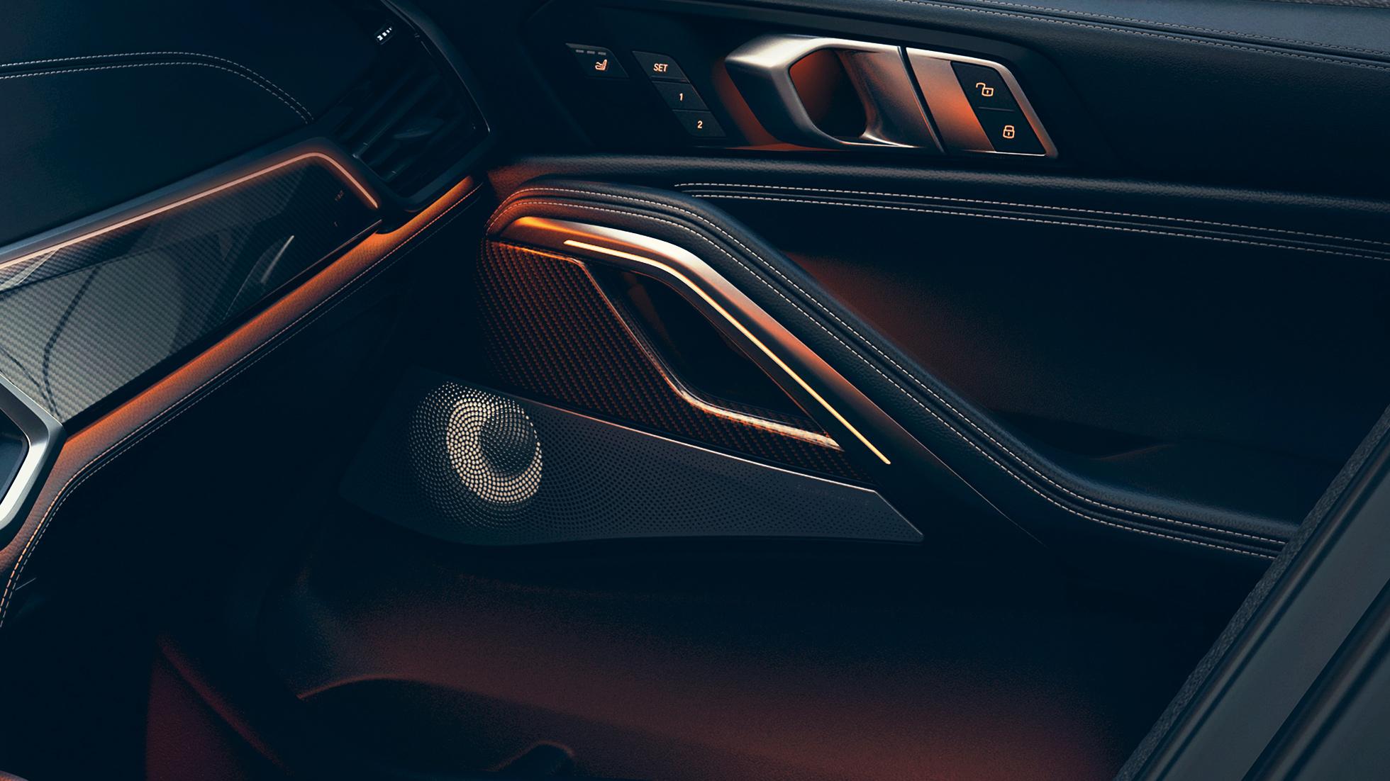 Imagine în prim-plan din interiorul BMW cu difuzoare.