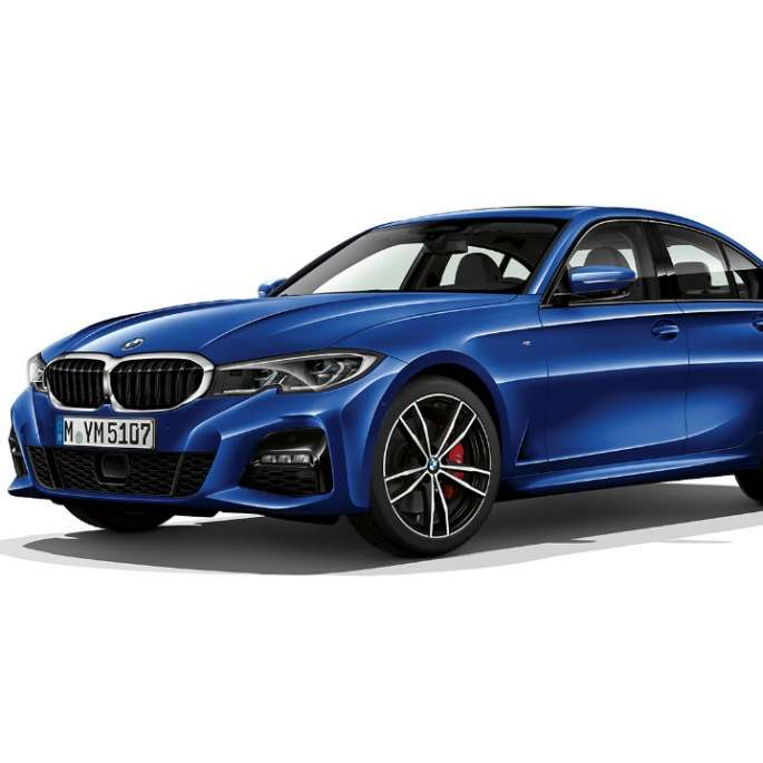 Imagine din lateral cu BMW Seria 3 Sedan model M Sport staţionând.