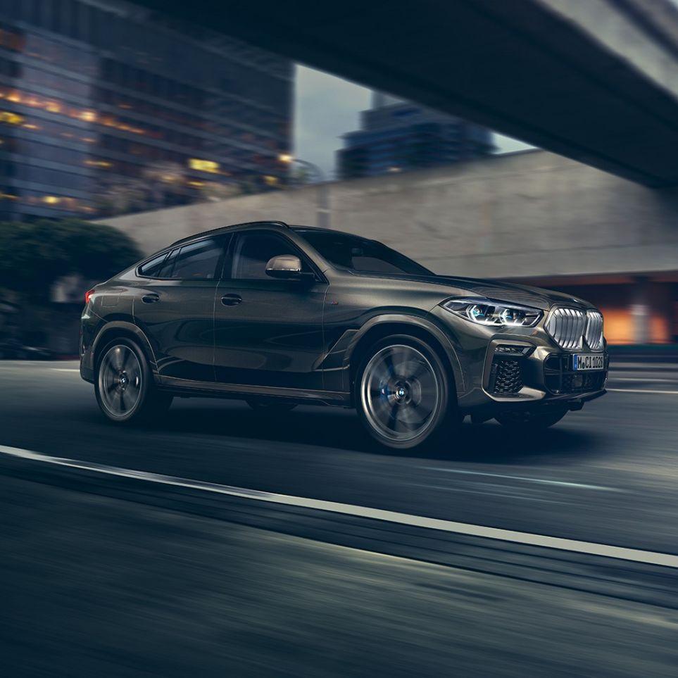 Imagine cu trei sferturi din partea frontală a BMW X6, rulând într-un mediu urban.